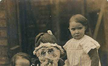 20 Creepy Santa Photos That Will Scare The Sh*t Out Of Your Kids